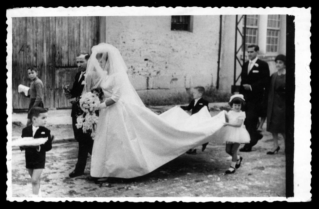 Teresa Martín y Juan Antonio Contreras el día de su boda caminando por la calle en Peñaranda de Bracamonte