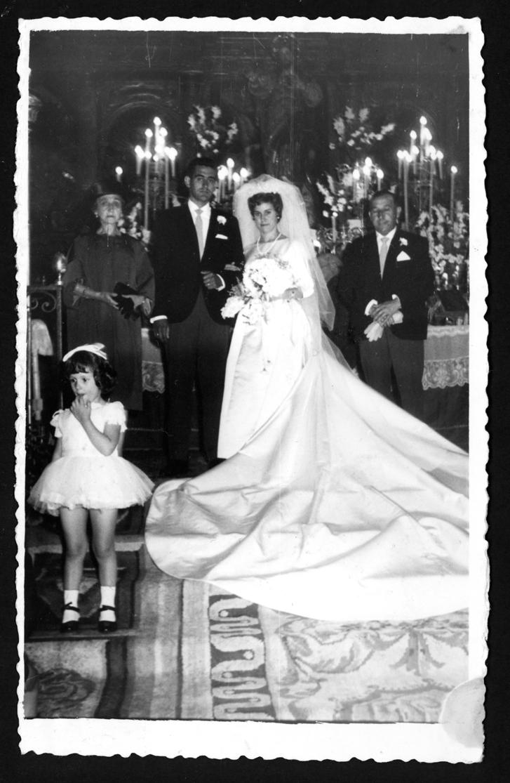 Retrato de boda de Teresa Martín y Juan Antonio Contreras con los padrinos en Peñaranda de Bracamonte