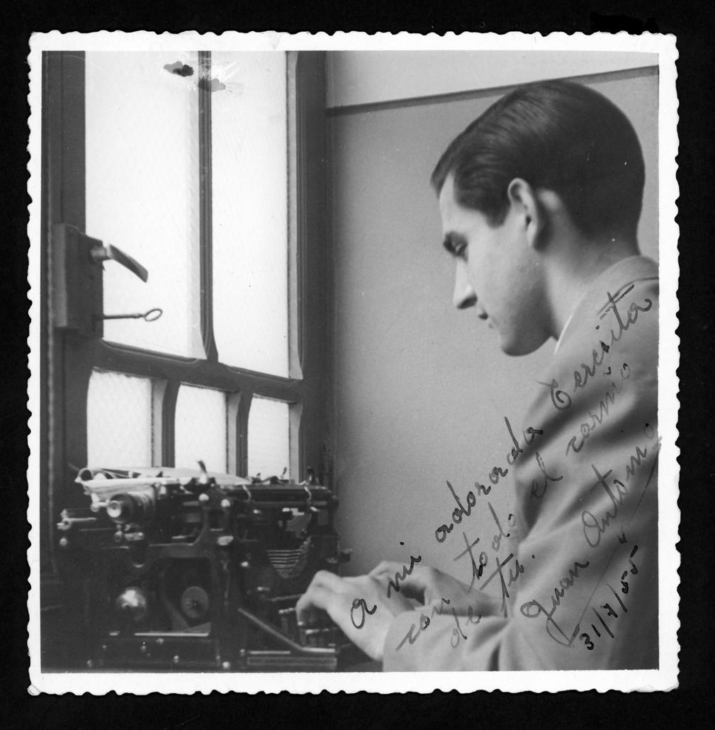 Juan Antonio Contreras escribiendo a máquina