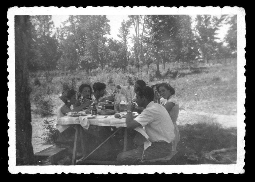 Grupo de jóvenes comiendo en el monte Arauzo