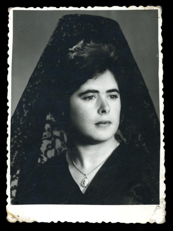 Foto de estudio de Ramona Avila vestida con mantilla en Peñaranda de Bracamonte I