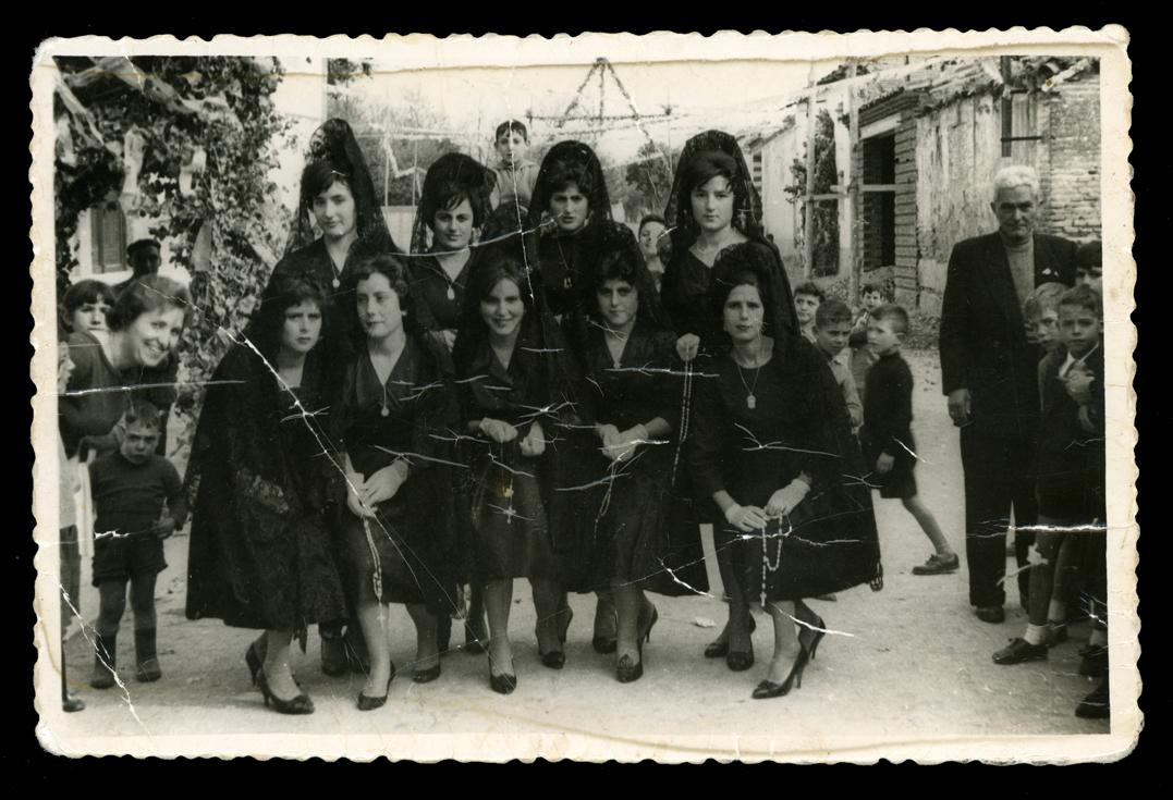 Ramona Ávila y amigas vestidas con mantilla en la inauguración de la iglesia de San Luis en Peñaranda de Bracamonte II