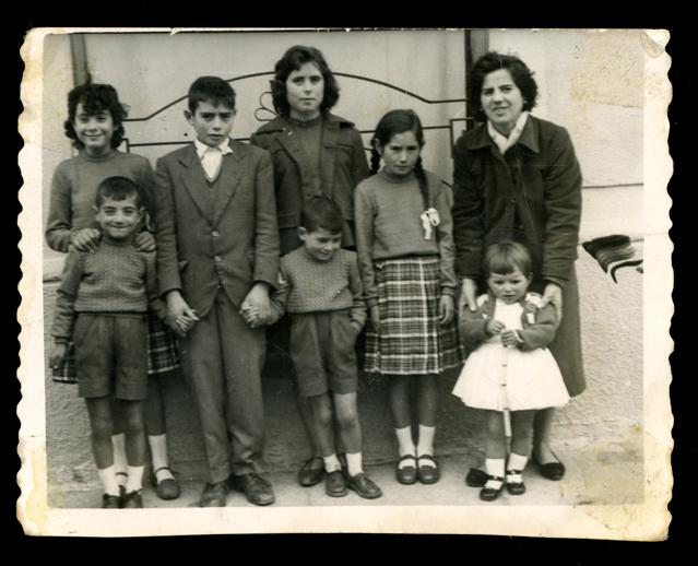 Ramona Ávila con sus hermanos, una tía y una prima un día de Semana Santa en Peñaranda de Bracamonte