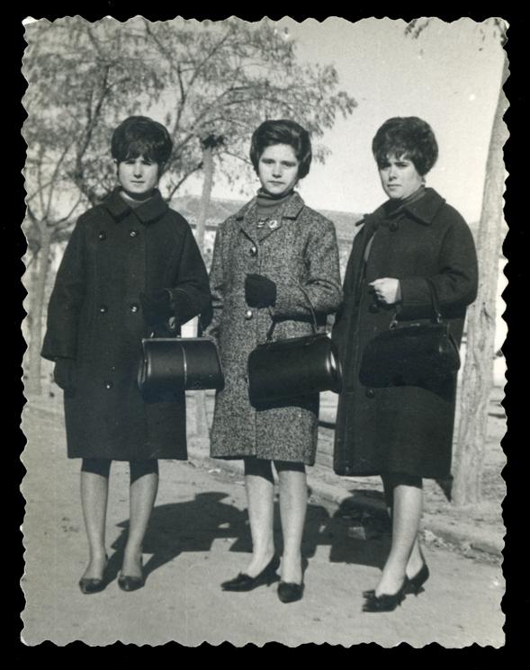 Ramona Ávila con su hermana Mari y su prima Margarita paseando en Peñaranda de Bracamonte